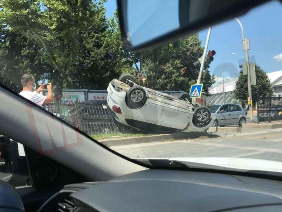 Refüje çarpan otomobil ters döndü!