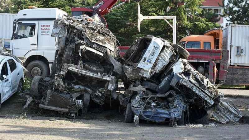 Bozkurt'taki sel felaketinde balçıkla kaplanan araçlar hasar tespiti için bir alanda toplanıyor