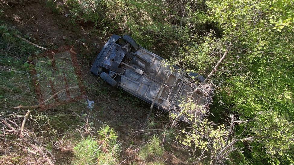 Direksiyon hakimiyetini kaybeden sürücü 20 metrelik şarampole devrildi