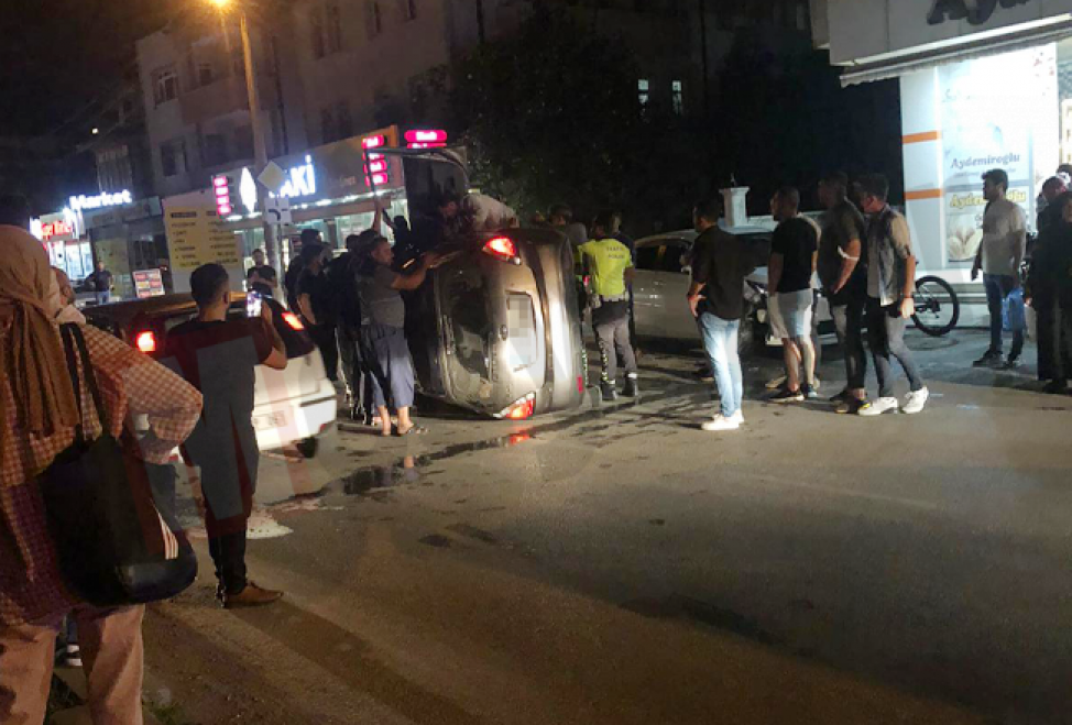 Serdivan'da gece vakti yaşanan kaza mahalleliyi sokağa döktü!