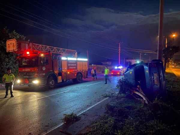 Taklalar atan otomobil direğe çarparak durabildi: 1 yaralı