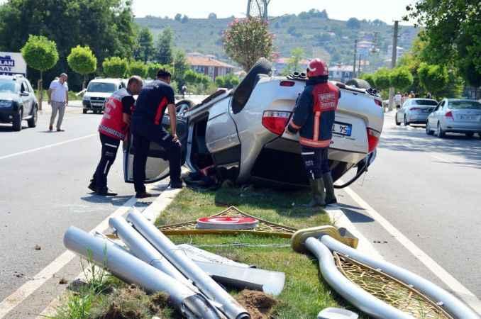 Kaza yapan sürücüye yoldan geçen ambulans müdahale etti