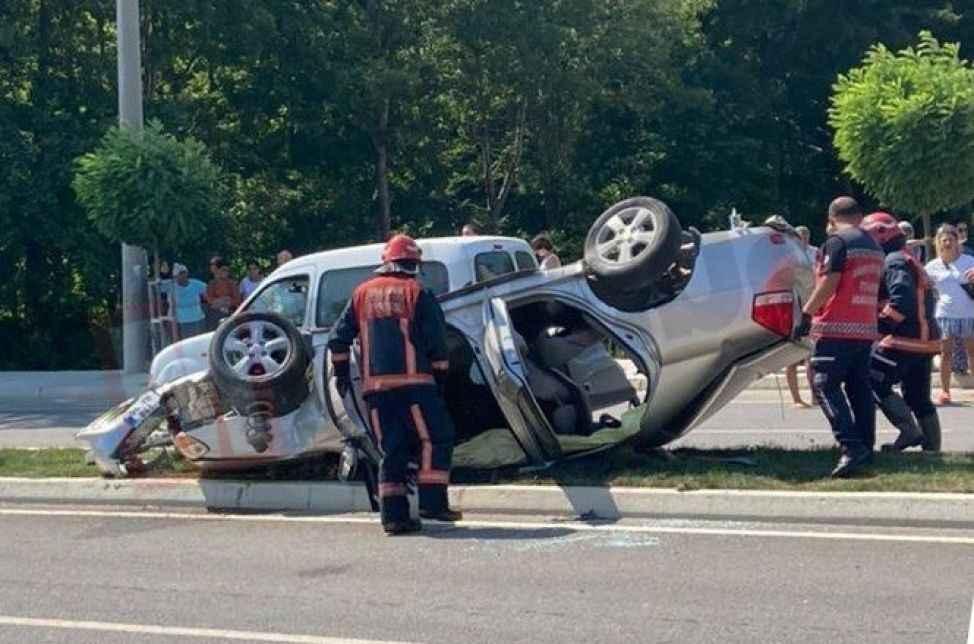 Takla atan otomobil içinde bulunan 3 kişi yaralandı