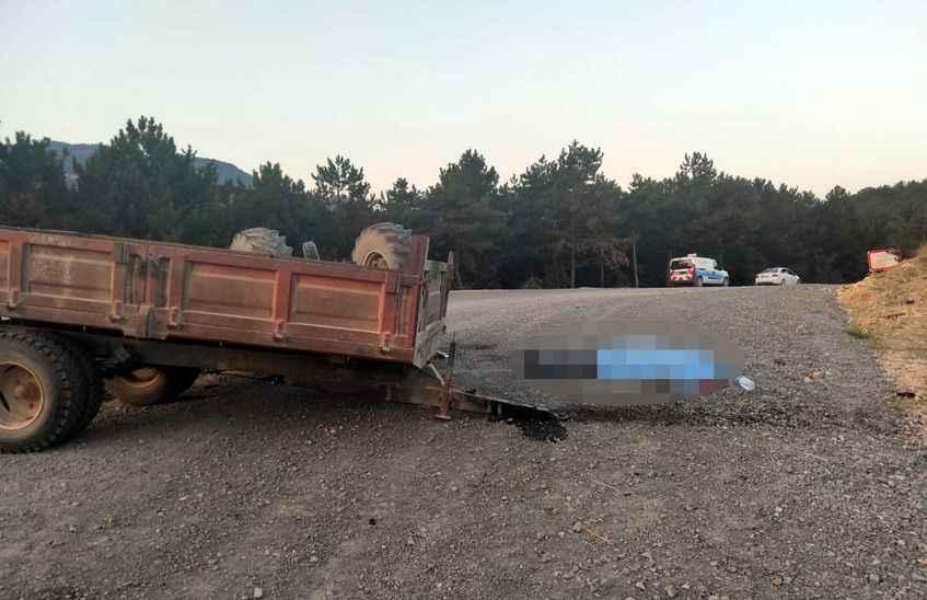 Geyve'de feci kaza! Traktör ile otomobil çarpıştı: 1 ölü 2 yaralı