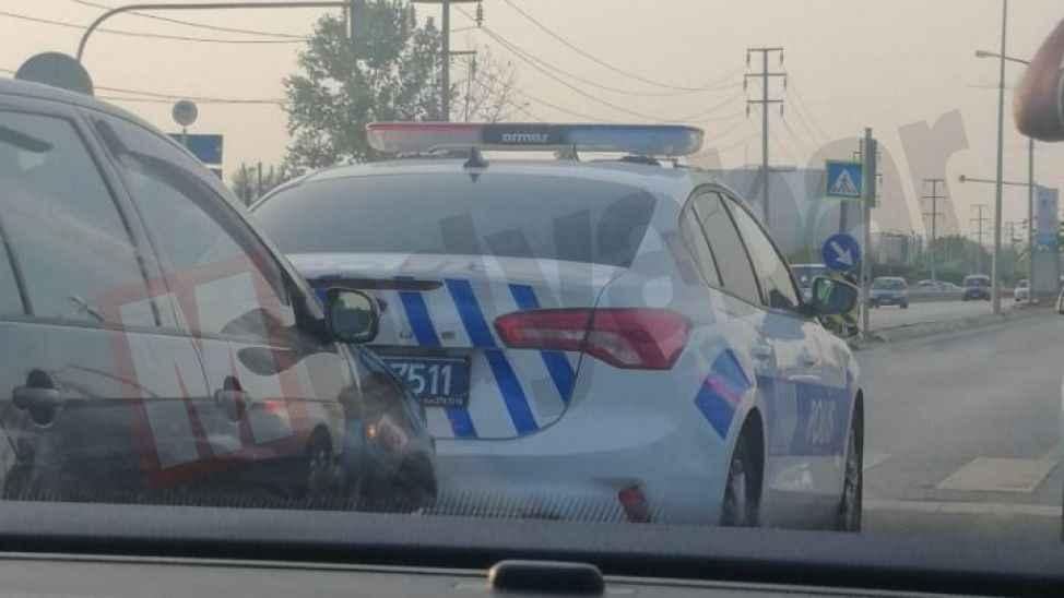 Kırmızı ışıkta duramayınca trafik polisinin aracına çarptı