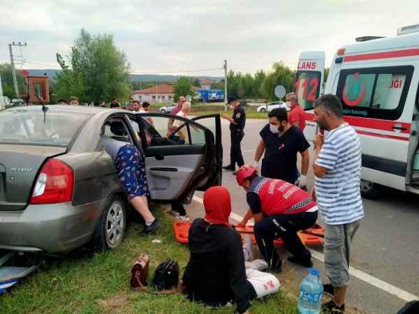Karasu'da iki otomobil çarpıştı: 4 yaralı