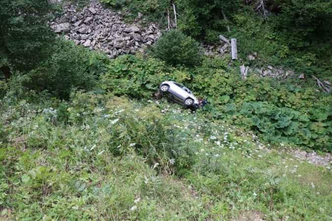 Otomobille 25 metrelik uçuruma yuvarlanan çift ölümden döndü