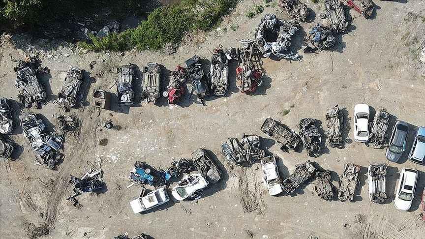 Selde hurdaya dönen araçlar felaketin boyutlarını gözler önüne seriyor