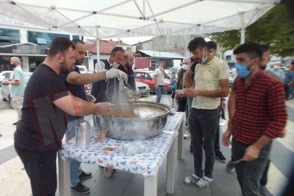 Akyazı Belediyesi 5 bin kişiye aşure dağıttı