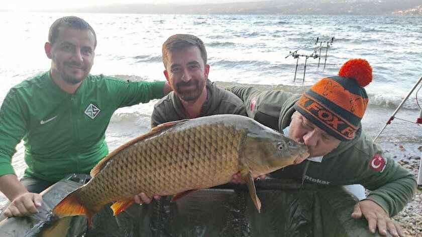 Tuttuğu balığı öperek uğurladı! Sapanca'da 16 kiloluk sazan avladı...