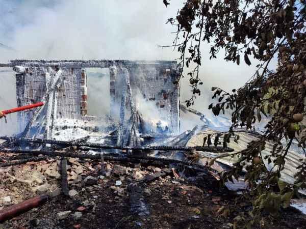 İki katlı ev ile samanlık yangında kül oldu