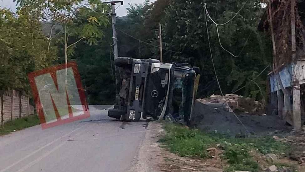 Sapanca'da freni boşalan hafriyat kamyonu devrildi