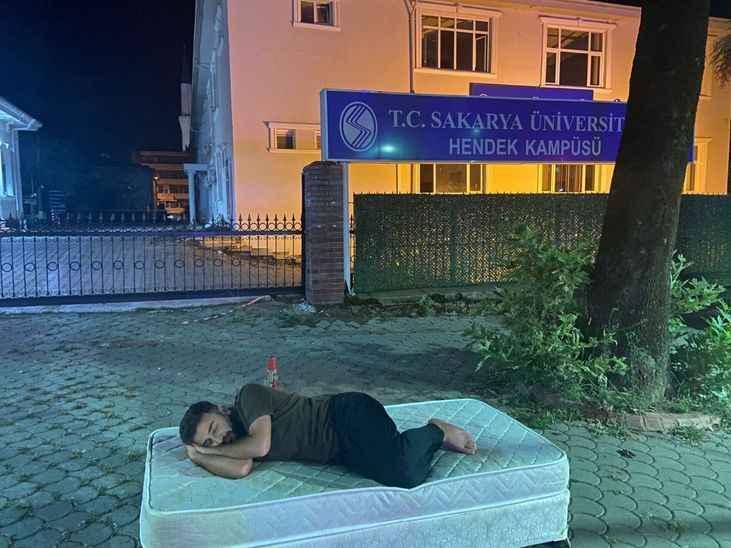 Rektör kampüsün önüne yatak atan gence böyle destek verdi