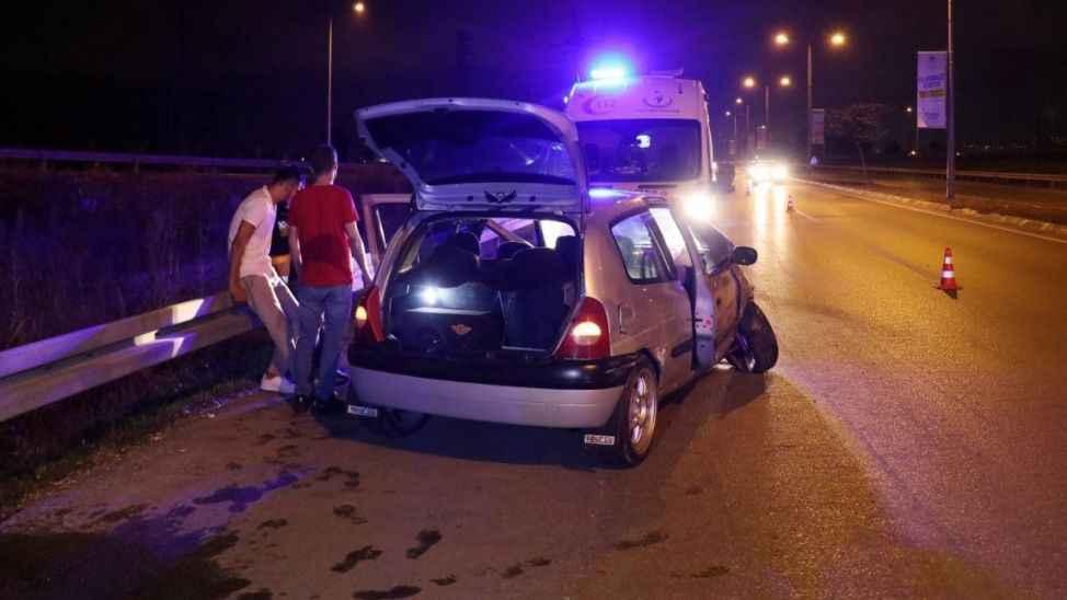 Alkollü sürücü bariyerlere çarparak kaza yaptı!
