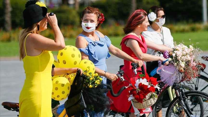 Süslü kadınlar bisikletleriyle şehri turlayacak