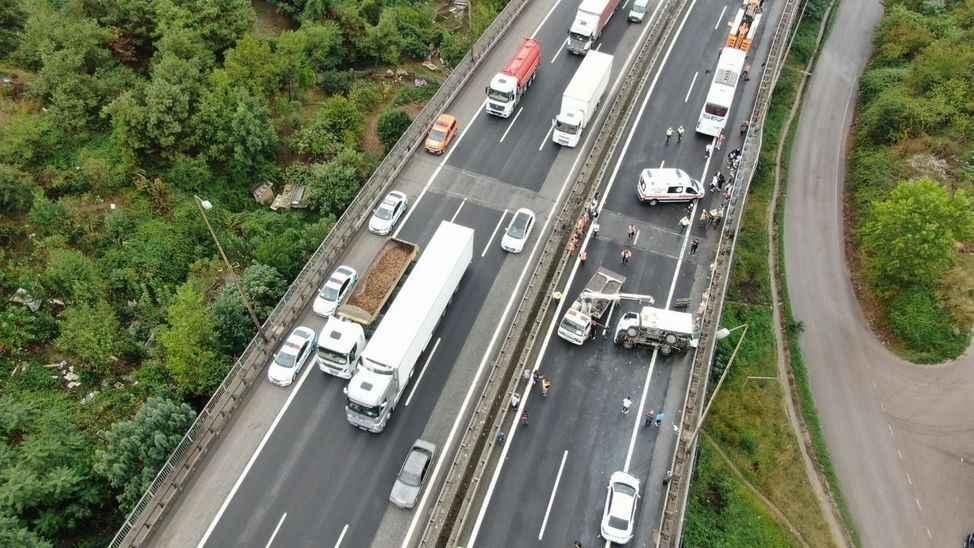 İstanbul'a gidecekler dikkat! 7 araç birbirine girdi, TEM Otoyolu trafiğe kapandı...