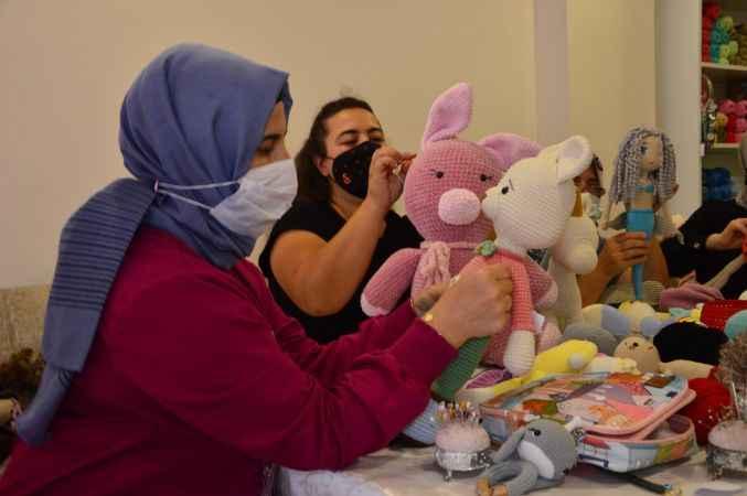 Sakarya'da girişimci kadınların el emeği örgü bebekleri çocukların yüzünü güldürüyor
