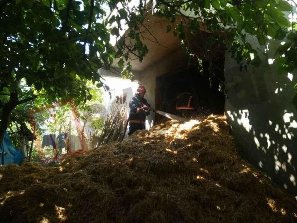 Geyve'de bir evin alt katındaki samanlıkta yangın çıktı!