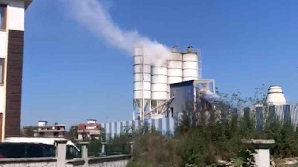 Mahalleli çimento fabrikasının dumanından şikayetçi