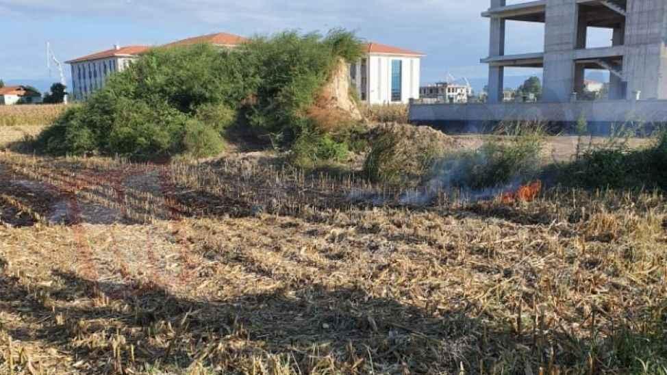 Öğrencilerin tarlaya attığı izmarit anız yangınına neden oldu