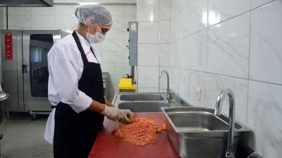 Geleceğin aşçıları mesleki yeterliliğe ulaşıyor... İlçede ki okullara da yemek hizmeti gerçekleştiriyorlar!