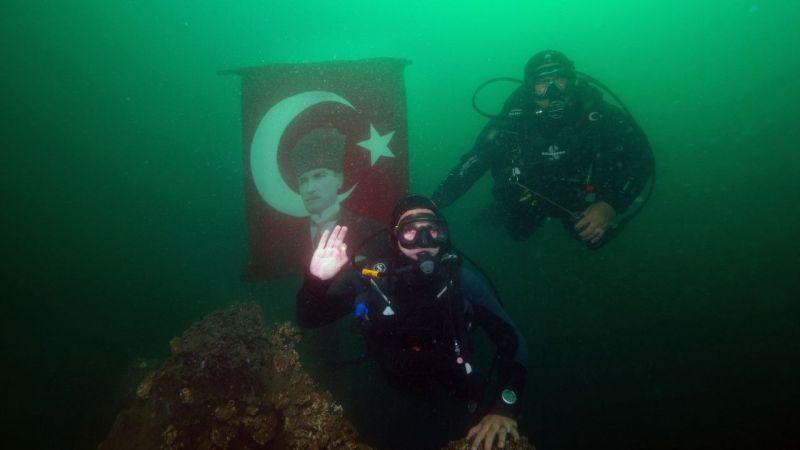 Büyük Önder Atatürk'ü su altında andılar