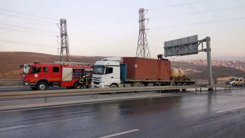 Kocaeli'de yola dökülen yakıt ulaşımı aksattı