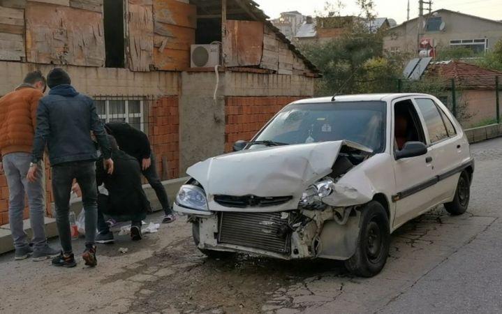Kocaeli'de çarpışan iki otomobilin sürücüleri yaralandı