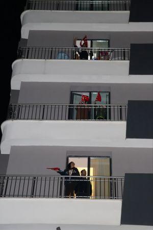 Kocaeli'de vatandaşlar 23 Nisan'da İstiklal Marşı'nı balkonlarında okudu