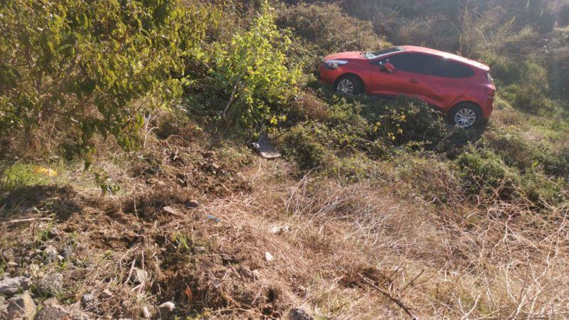 Kocaeli'de dere yatağına devrilen otomobilin sürücü yaralandı