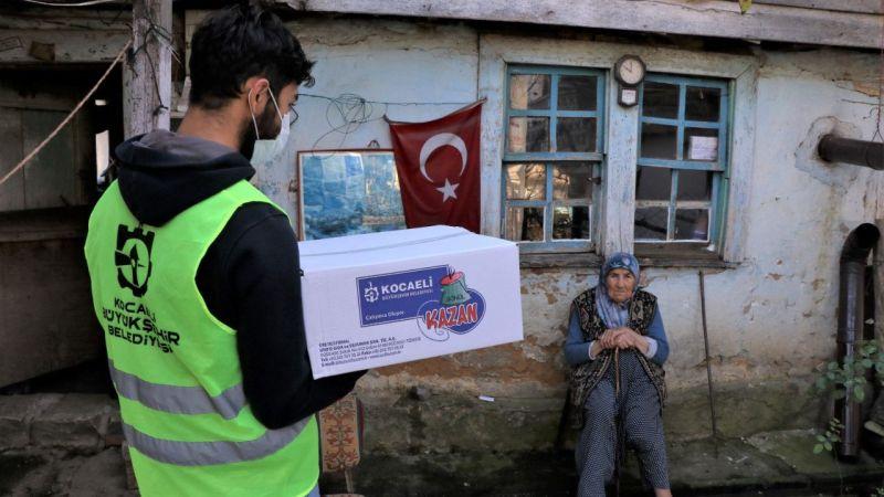 """Kocaeli'de """"Gönül Kazan"""" projesiyle evinde yemek yapamayan vatandaşların sofraları boş kalmıyor"""