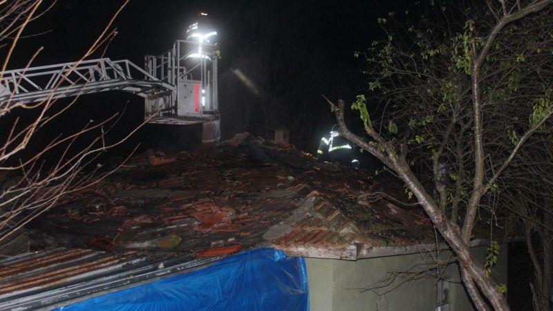 Kandıra'da çatı yangını büyümeden söndürüldü
