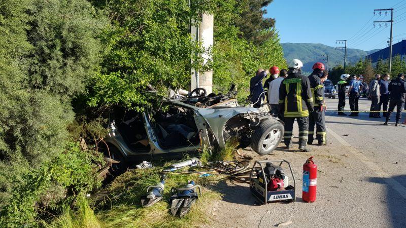 Kocaeli'de otomobil elektrik direğine çarptı: 1 ölü, 1 yaralı