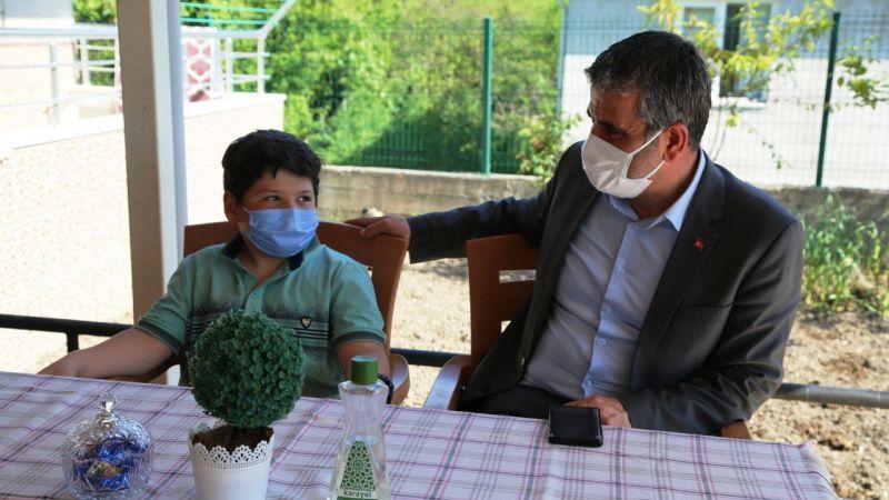 Kandıra Belediye Başkanı Turan'dan hayvansever çocuğa köpek yavrusu sürprizi