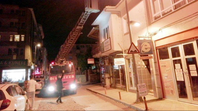 Karamürsel'de çatıdan düşen yavru martı itfaiye ekiplerince yuvasına bırakıldı