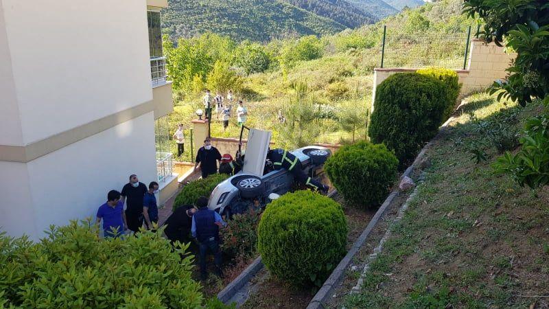 Kocaeli'de kaza: Otomobil istinat duvarından düştü