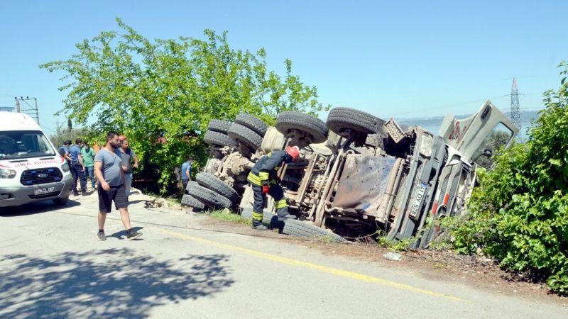 Kocaeli'de kaza: Hafriyat kamyonu devrildi