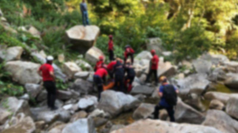 Doğa yürüyüşünde kayalıklardan düştü