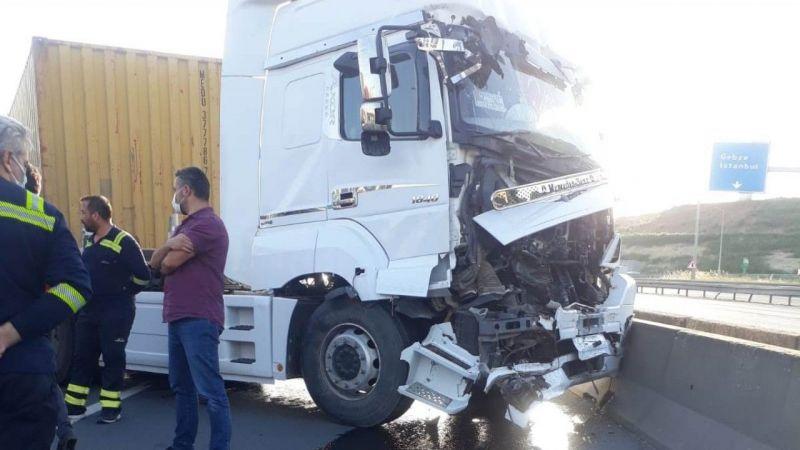 Kocaeli'de beton bariyere çarpan tırın şoförü yaralandı