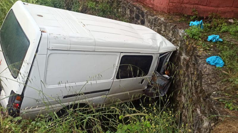 Kocaeli'de panelvan su kanalına devrildi: 2 yaralı