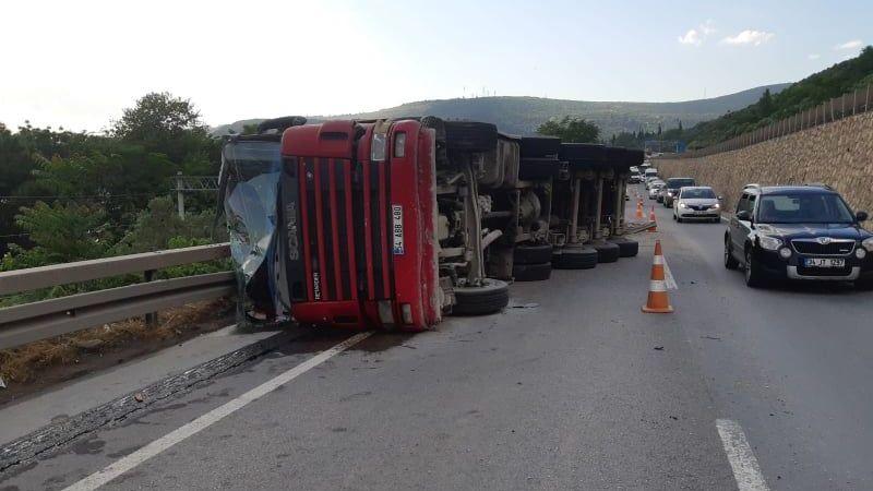 Kocaeli'de mıcır yüklü kamyon devrildi: 1 yaralı