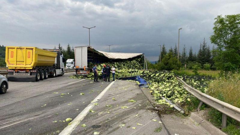 Anadolu Otoyolu'nda lastiği patlayan tırın dorsesindeki marullar yola saçıldı