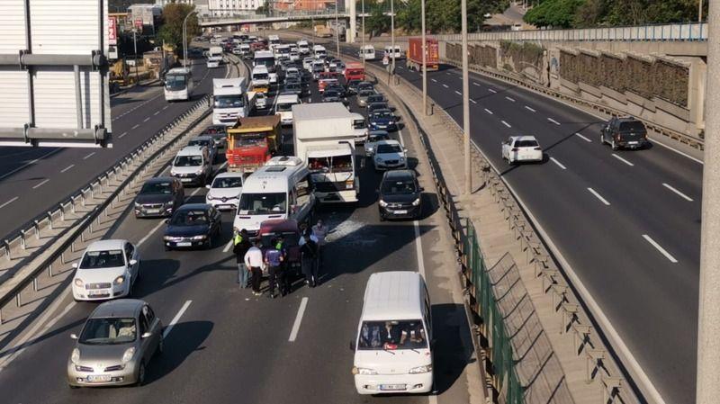 Kocaeli'de 4 aracın karıştığı zincirleme trafik kazasında iki kişi yaralandı