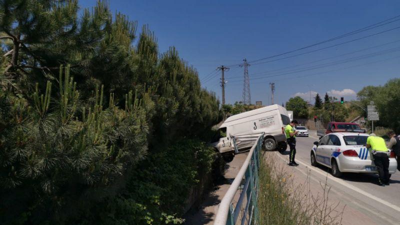 Kocaeli'de bariyerlere çarpan panelvan dere kanalının üzerinde asılı kaldı: 1 yaralı