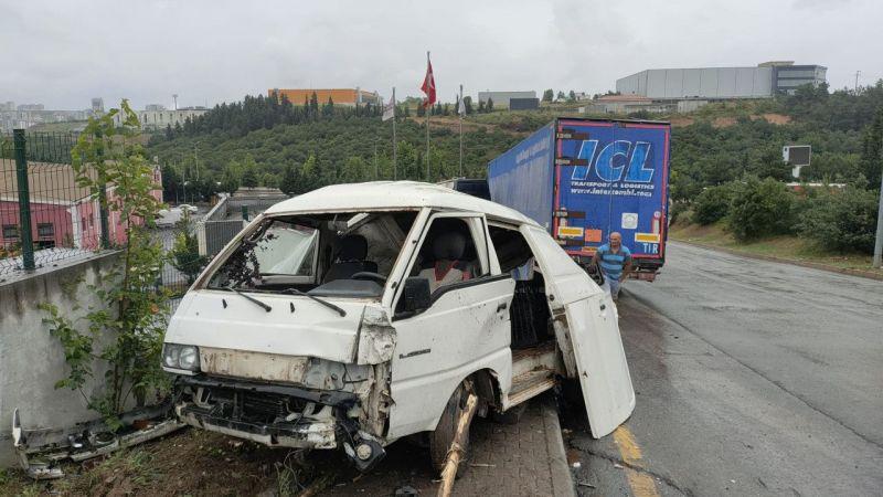 Kocaeli'de freni boşalan tır, park halindeki araçlara çarptı