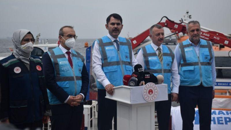 Bakanı Kurum, İzmit Körfezi'nde müsilaj temizleme çalışmalarını inceledi