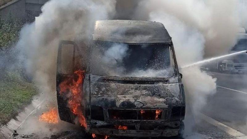 Kocaeli'de kargo firmasına ait araç Anadolu Otoyolu'nda yandı