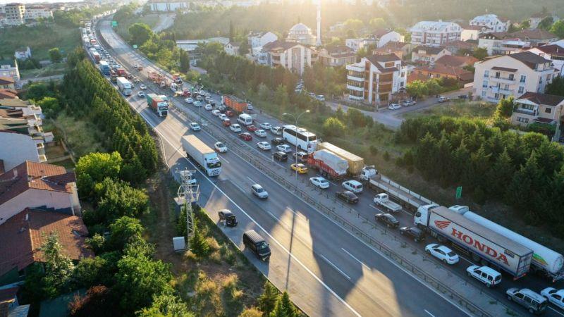 Anadolu Otoyolu'nda servis minibüsü ile otomobil çarpıştı: 10 yaralı