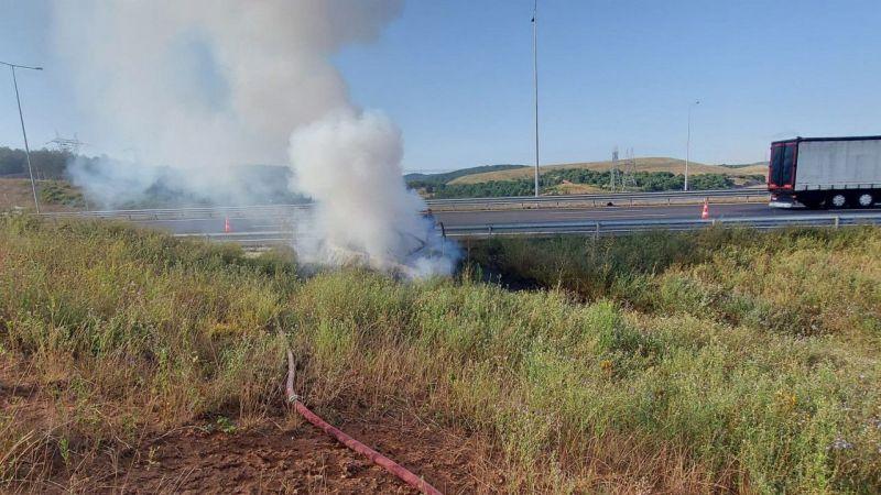 Kocaeli'de bariyere çarptıktan sonra yanan otomobil kullanılamaz hale geldi