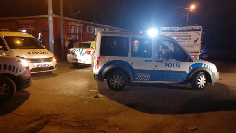 Kocaeli'de çeşitli suçlardan aranan kişi bira şişesiyle polislere saldırdı